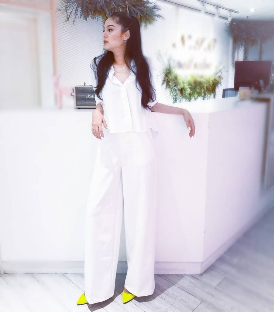 การใส่ชุดขาวทำบุญของดารา